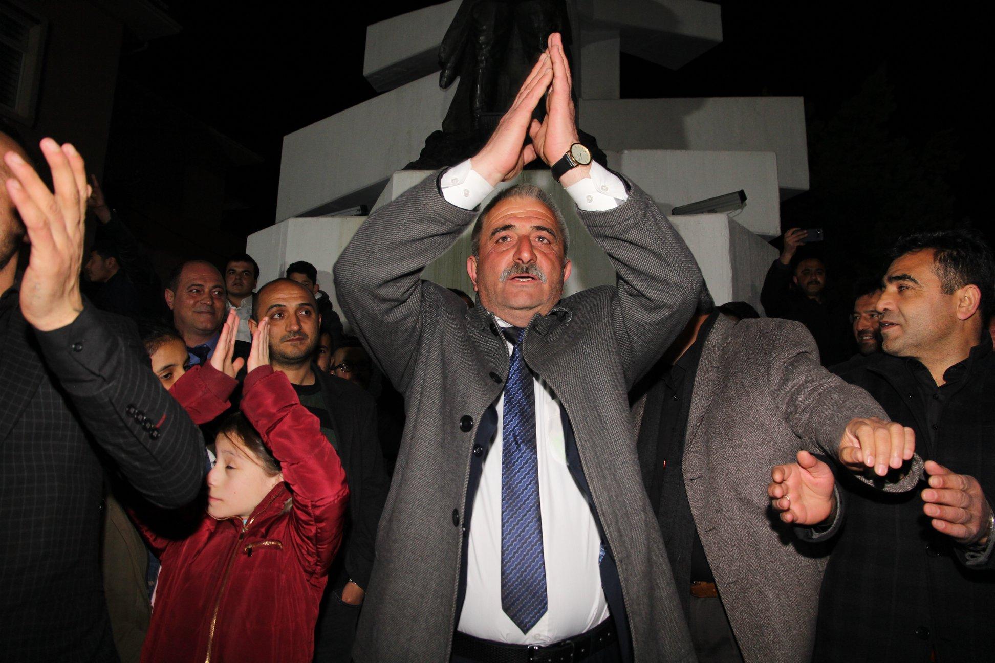 Gerçekleştirilen yerel seçimler sonucunda,mevcut Belediye Başkanı ve İYİ Parti Belediye Başkan Adayı Abdulkadir Şahiner güven tazeledi. Sungurlu #YenidenŞahiner dedi. | Sungurlu Haber