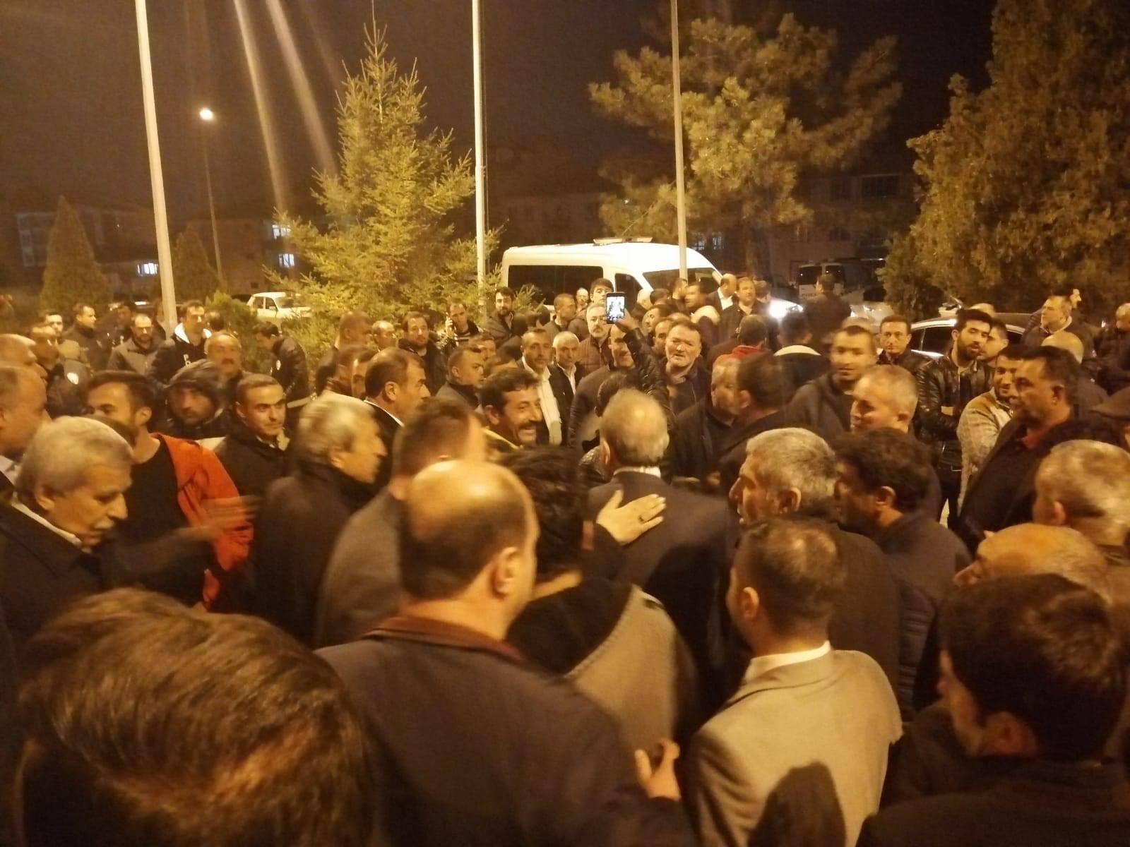 AK Parti, Sungurlu'da yerel seçimlerde geçersiz oyların yeniden sayılması için itiraz etti. Yapılan itirazı değerlerinden İlçe Seçim Kurulu, 75 sandıkta 807 oyun yeniden sayılmasına karar verdi.Yapılan sayımlar sonucunda İlçe Seçim Kurulu tarafından 74 sandıkta geçersiz olan oyların tamamı yeniden sayıldı. Yapılan kontrol sonucu oy birliği ile 8 oy İYİ Parti'ye, 4 oy da Ak Parti'ye eklendi. | Sungurlu Haber