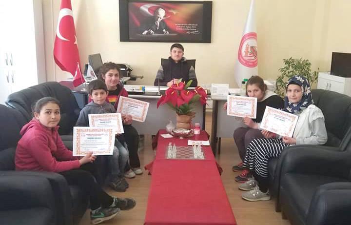 Sungurlu Okuyor Projesi kapsamında ilçe merkezi ve köylerdeki tüm okullarda Mart ayı boyunca en çok kitap okuyan 117 öğrenci ödüllendirildi. | Sungurlu Haber