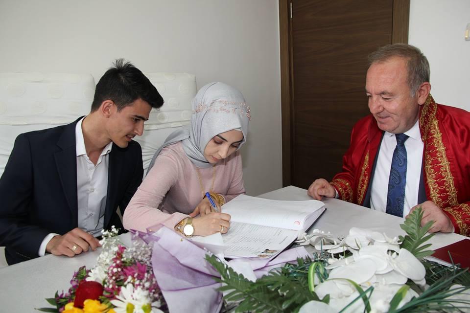 31 Mart Yerel seçimlerinden zaferle çıkan Belediye Başkanı Abdulkadir Şahiner, başkanlık görevindeki yeni dönemin ilk nikahını kıydı. | Sungurlu Haber