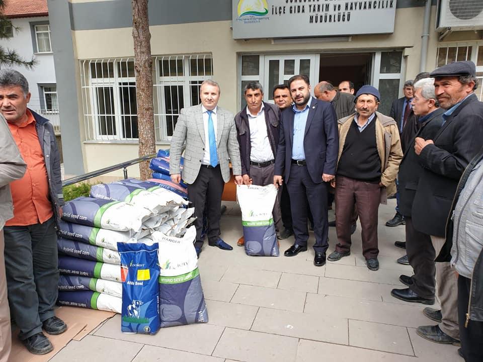 Sungurlu Kaymaklığı ve İlçe Tarım Müdürlüğü ortaklaşa hazırladığı proje kapsamında Sungurlu'da faaliyet gösteren ve hayvancılık ile uğraşan 30 çiftçiye bedava sılajlık mısır ile yonca tohumu dağıtımı yapıldı. | Sungurlu Haber