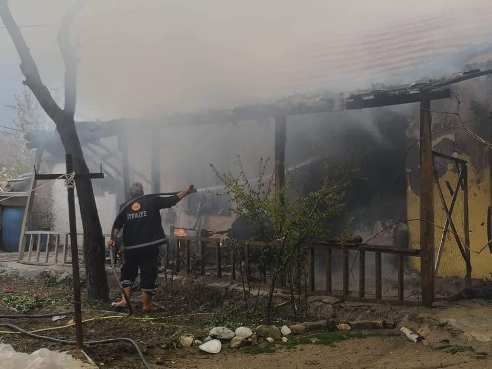 Sungurlu'da bir evde çıkan yangında alevler arasında kalan 6 kişilik aileyi komşuları kurtardı. | Sungurlu Haber