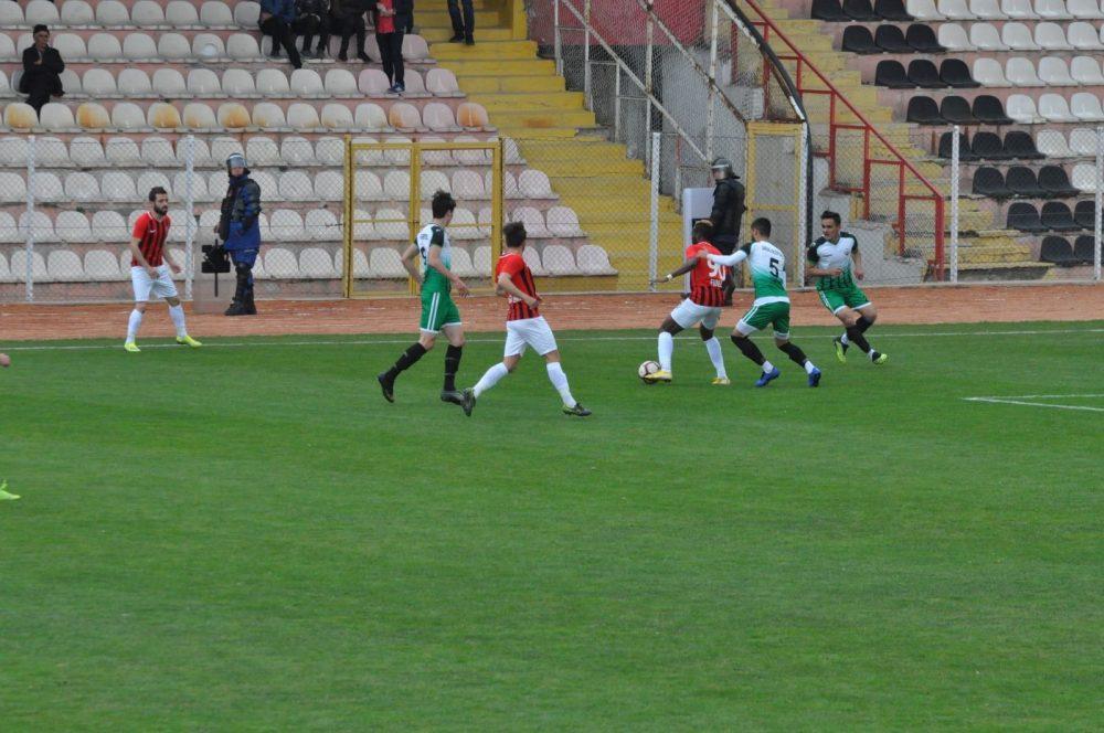 Spor Toto Bölgesel Amatör Lig 4. Grupta şampiyonluğunu ilan eden Yozgatspor 1959, Bozok Şehir Stadyumunda konuk ettiği Sungurlu Belediyespor'u 1-0 lık skorla geçerek karşılaşma sonunda taraftarı ile birlikte şampiyonluğu doyasıya kutladı. | Sungurlu Haber