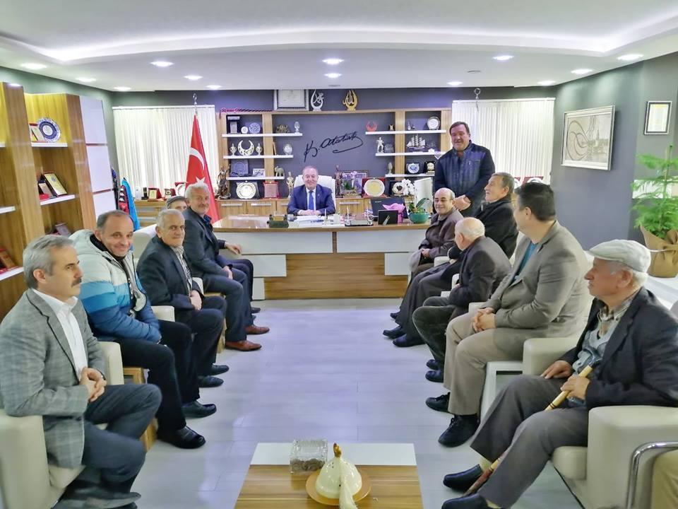 Balkan Türkleri (Muhacirleri) Derneği Başkanı, yöneticileri ve dernek üyeleri Sungurlu Belediye Başkanı Abdulkadir Şahiner'e hayırlı olsun ziyaretinde bulundular. | Sungurlu Haber
