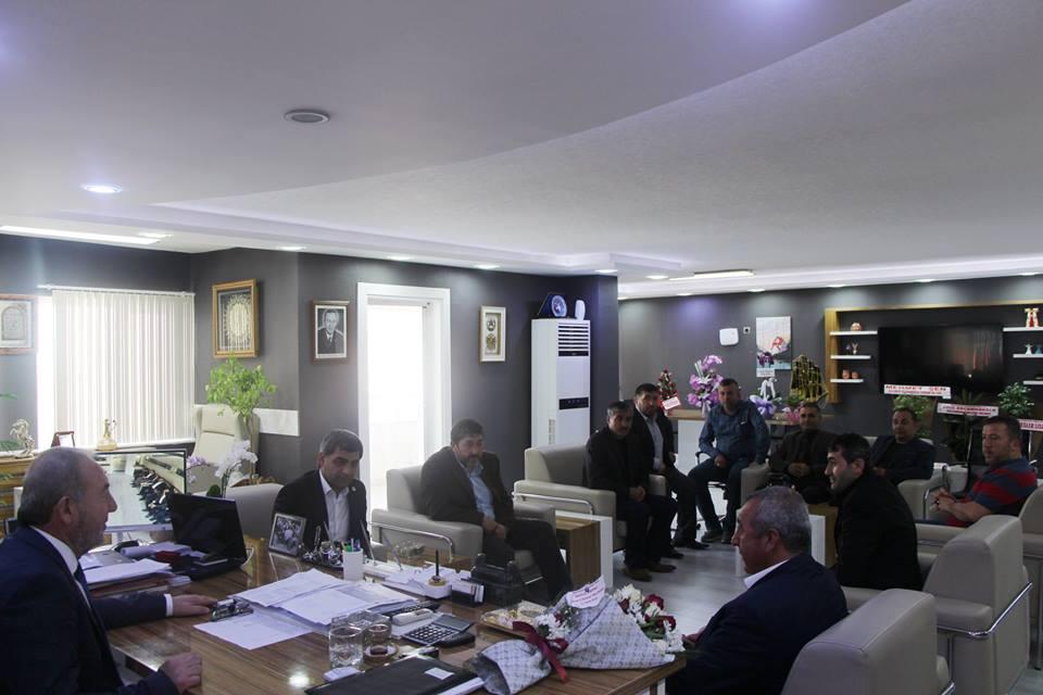 Sungurlu Terziler ve Berberler Odası Başkanı Mutlu Karslı, Kahveciler ve Lokantacılar Odası Başkanı Erdal Kolaylı ve yönetim kurulu üyeleri Başkan Şahiner'i tebrik ziyaretinde bulundular. | Sungurlu Haber
