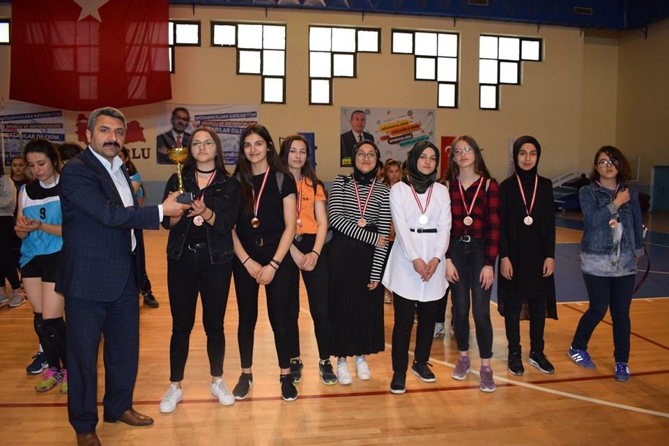 Sungurlu İlçe Milli Eğitim Müdürlüğü ve İlçe Gençlik Hizmetleri ve Spor Müdürlüğü iş birliğinde düzenlenen Liseler ve Ortaokullar arası spor faaliyetleri oynanan final müsabakalarıyla sona erdi. | Sungurlu Haber