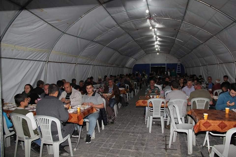 Sungurlu'da, yoksul ve evlerine yetişemeyen vatandaşlar, ilk iftarlarını belediyenin kurduğu iftar çadırında açtı. | Sungurlu Haber