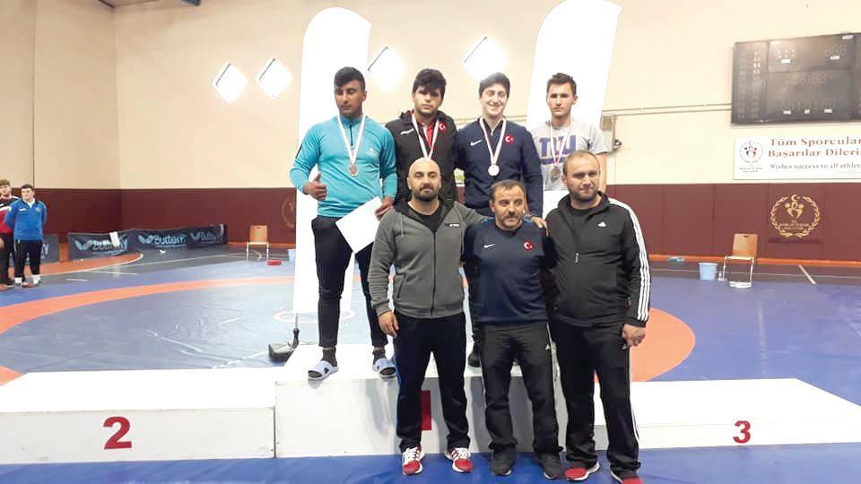 Hafta sonu Trabzon'da yapılan 17-18 yaş okullar genç A grekoromen grup şampiyonasında 3 güreşçimiz şampiyon oldular. | Sungurlu Haber