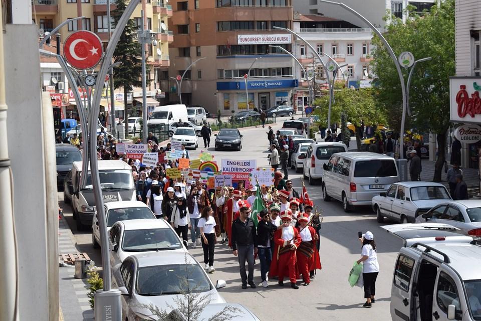 Sungurlu'da 10-16 Mayıs Engelliler Haftası dolayısı ile Farkındalık Yürüyüşü yapıldı. Sonrasında ise Sungurlu'da 10-16 Mayıs Dünya Engelliler Haftası nedeniyle Bölükbaşıoğlu Özel Eğitim Uygulama Okulu ve İş Eğitim Merkezi tarafından Atatürk Meydanı'nda bir program düzenlendi. | Sungurlu Haber
