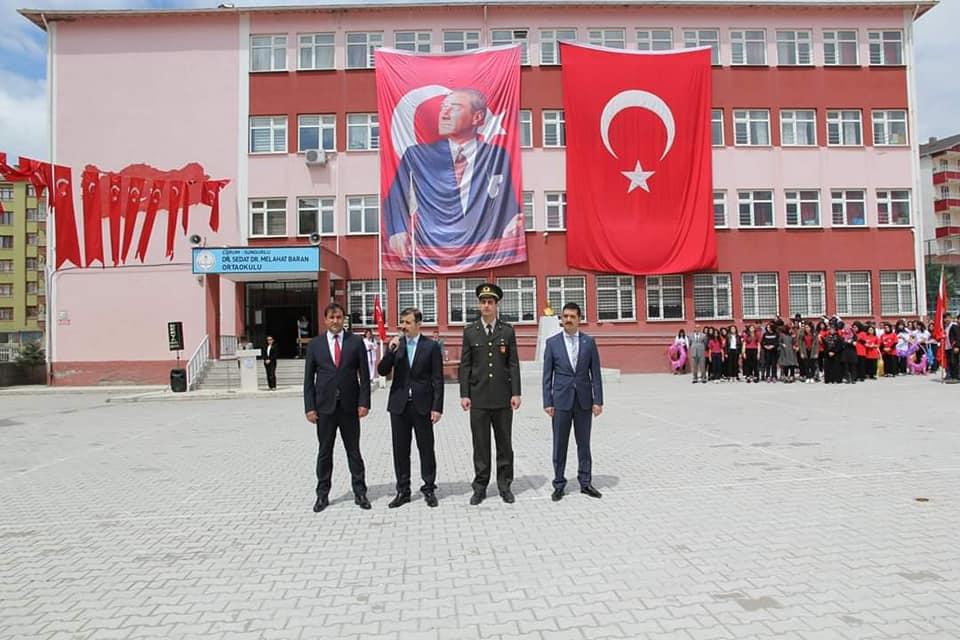 19 Mayıs Atatürk'ü Anma, Gençlik ve Spor Bayramı tüm yurtta olduğu gibi Sungurlu'da büyük bir coşkuyla kutlandı.Atatürk anıtına çelenk bırakılması ile başlayan kutlama programı bayram kutlamaları ile devam etti.Dr. Sedat-Dr. Melahat Baran Ortaokulu bahçesindeki programda, İlçe Kaymakamı Mithat Gözen, Belediye Başkanı vekili Bahri Sezen, Garnizon Komutan vekili Asteğmen Çağlar Kekeç, halkın, öğrenci ve sporcuların bayramını kutladı.   Sungurlu Haber