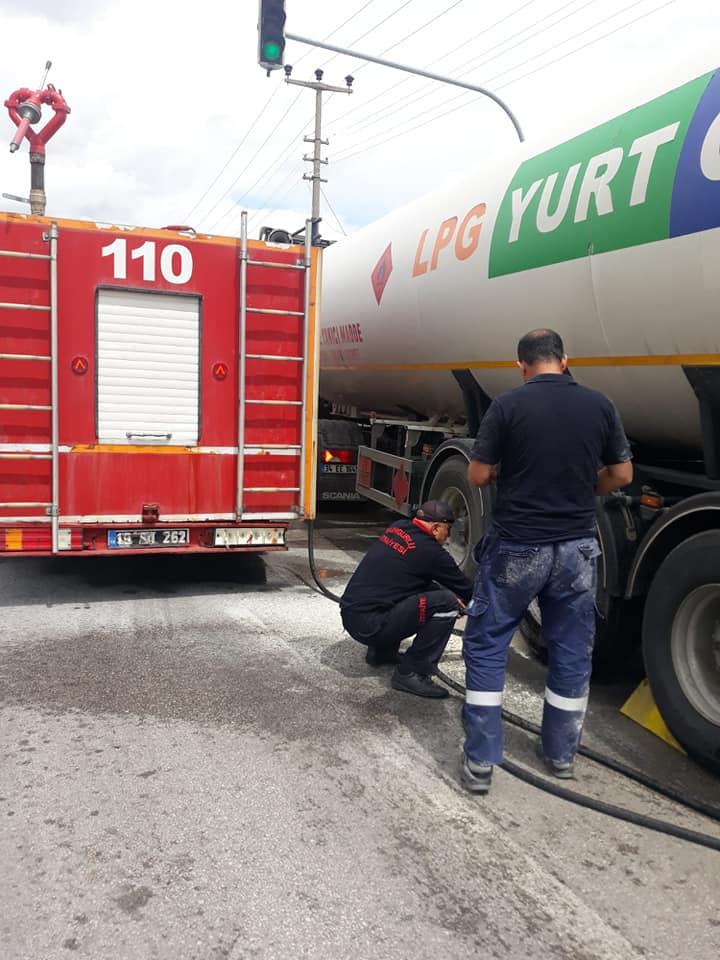 Sungurlu'da akaryakıt yüklü tankerin lastiği yandı. İtfaiye ekiplerinin müdahalesiyle faciadan dönüldü. | Sungurlu Haber