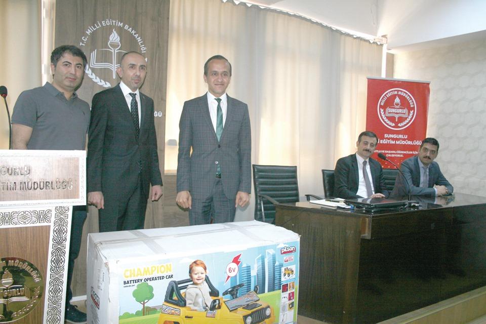 Hitit Üniversitesi Sungurlu Meslek Yüksekokulu tarafından İlçe Milli Eğitim Müdürlüğüne ve Devlet Hastanesine akülü araba verildi. | Sungurlu Haber