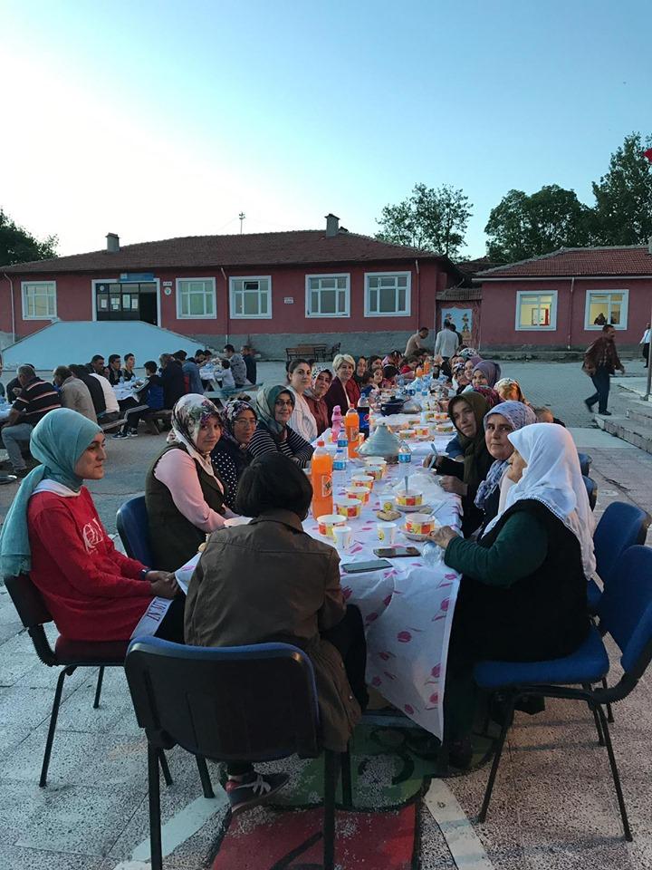 Arifegazili İlkokul-Ortaokulunda öğretmenler, çalışanları ile onların yakınları, eş ve çocuklarının katılımı ile 15 Mayıs Çarşamba akşamı okul bahçesinde iftar yemeği düzenledi. İftar yemeğine okulda daha önceden görev yapan çalışanlar; Sungurlu Yavuz Selim İlkokulu Sınıf Öğretmeni Hatice Biçer, eşi ve çocukları; Sungurlu Şehit Mahmut Peşmen Ortaokulu Türkçe Öğretmeni Ali Osman Pamur, eşi ve çocukları; Sungurlu Atatürk Ortaokulu Türkçe Öğretmeni Mevlüt Dikmen, eşi ve çocuğu; Demirşeyh İlkokulu Müdür Yardımcısı Turan Kozan ile Arifegazili Köyü Muhtarı Şükrü Yadigar ve ailesi, Okul Aile Birliği Başkanı Sinan Uzan ve ailesi ile birlikte toplam 90 kişi katıldı. | Sungurlu Haber