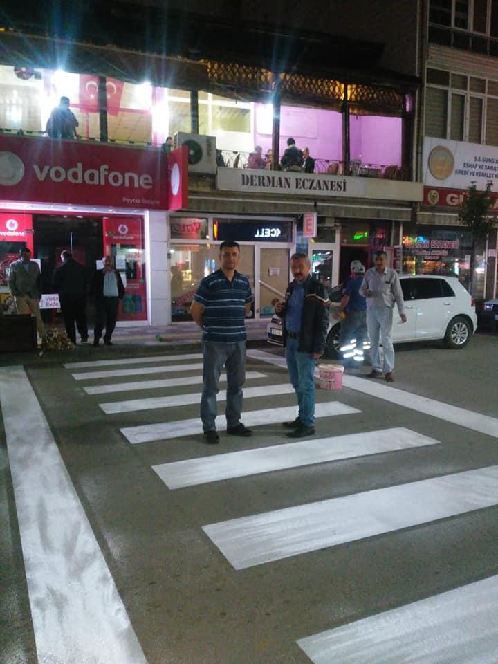 Belediye ekipleri tarafından, şehir merkezindeki kavşak noktalarında ve yaya geçitlerinde boyama çalışmaları yapıldı. Yayaların güvenli geçiş noktalarını belirlemek ve araç sürücülerinin belirtilen bu noktalarda yaya geçişlerine dikkat etmelerini sağlamak üzere başlatılan çalışmada, yaya geçit alanları boyandı. | Sungurlu Haber