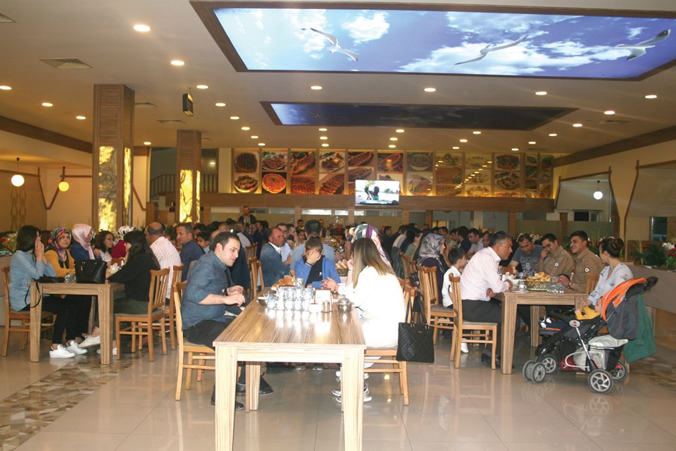 Sungurlu'da faaliyet gösteren Egemen Turistik Dinlenme Tesisleri tarafından İlçe Emniyet personeline iftar yemeği verildi. | Sungurlu Haber