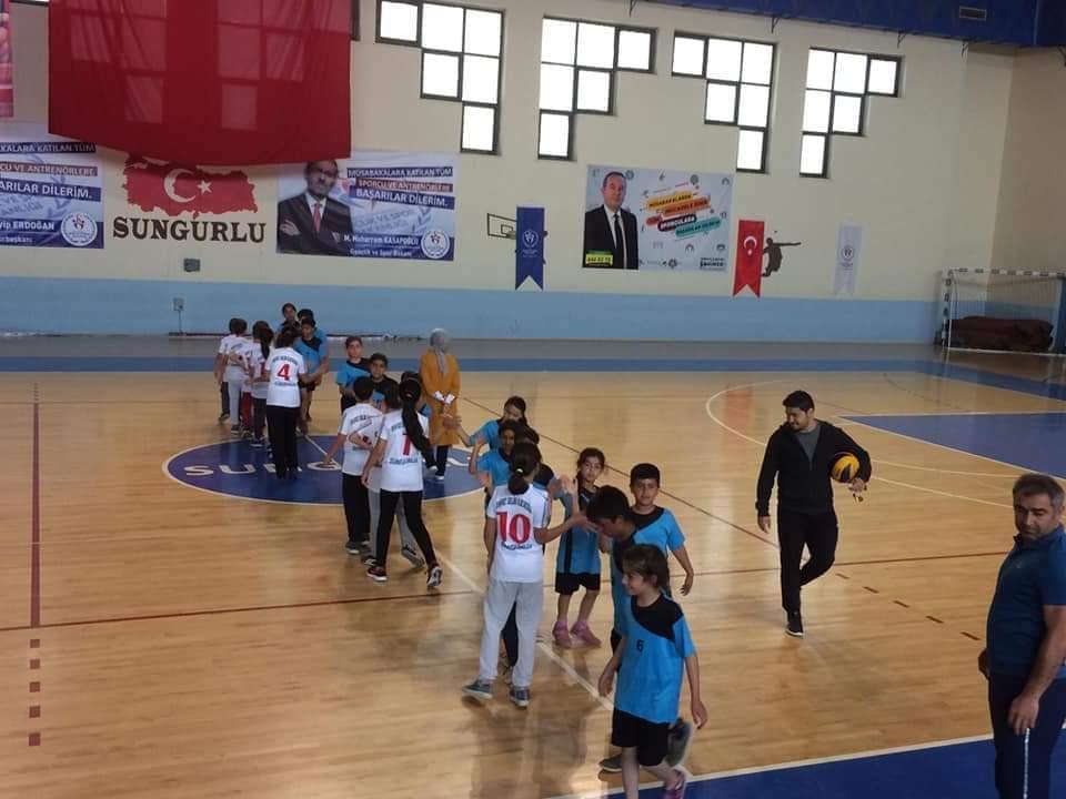 Sungurlu Gençlik ve Spor İlçe Müdürlüğü ve Sungurlu İlçe Milli Eğitim Müdürlüğü işbirliğiyle düzenlenen Okullar arası Geleneksel Çocuk Oyunları Müsabakaları başladı. | Sungurlu Haber