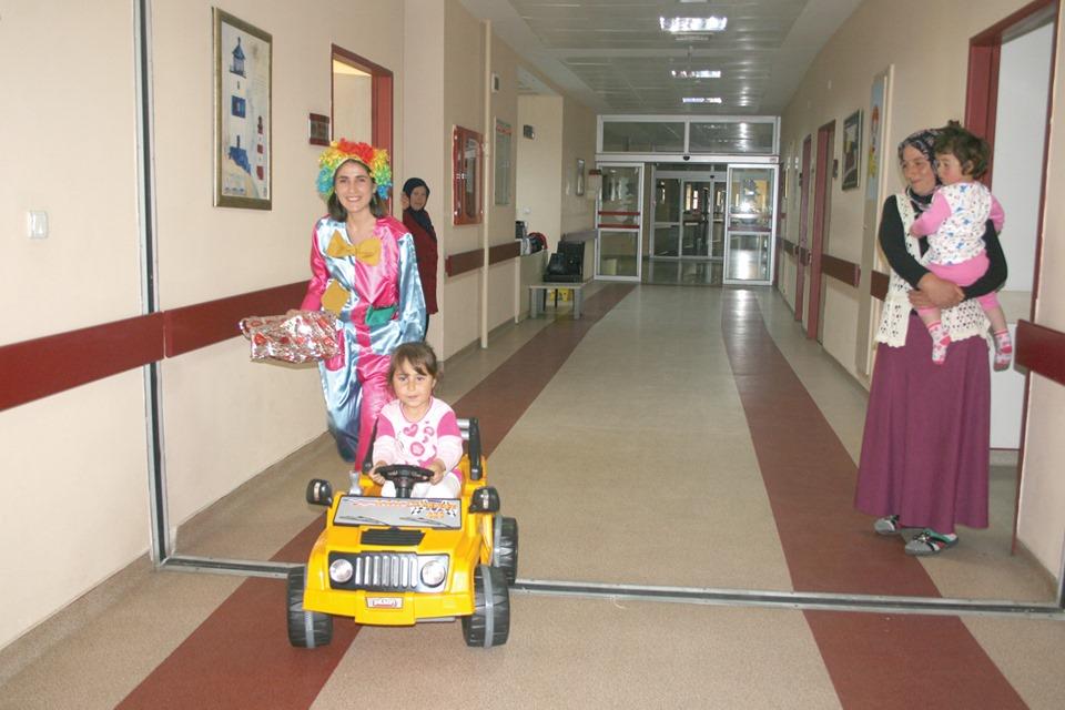 Hitit Üniversitesi Sungurlu Meslek Yüksekokulu öğrencileri Devlet Hastanesine çocuk servisine akülü araçları teslim ettiler. | Sungurlu Haber
