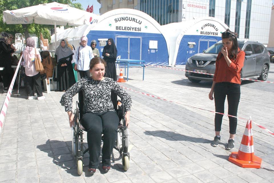 Sungurlu ilçesinde gözlerini bağlayıp ellerindeki bastonları kullanarak, oluşturulan parkuru geçmeye çalışan vatandaşlar, görme engelli bireyleri daha iyi anlayabilmek için çabaladı. | Sungurlu Haber