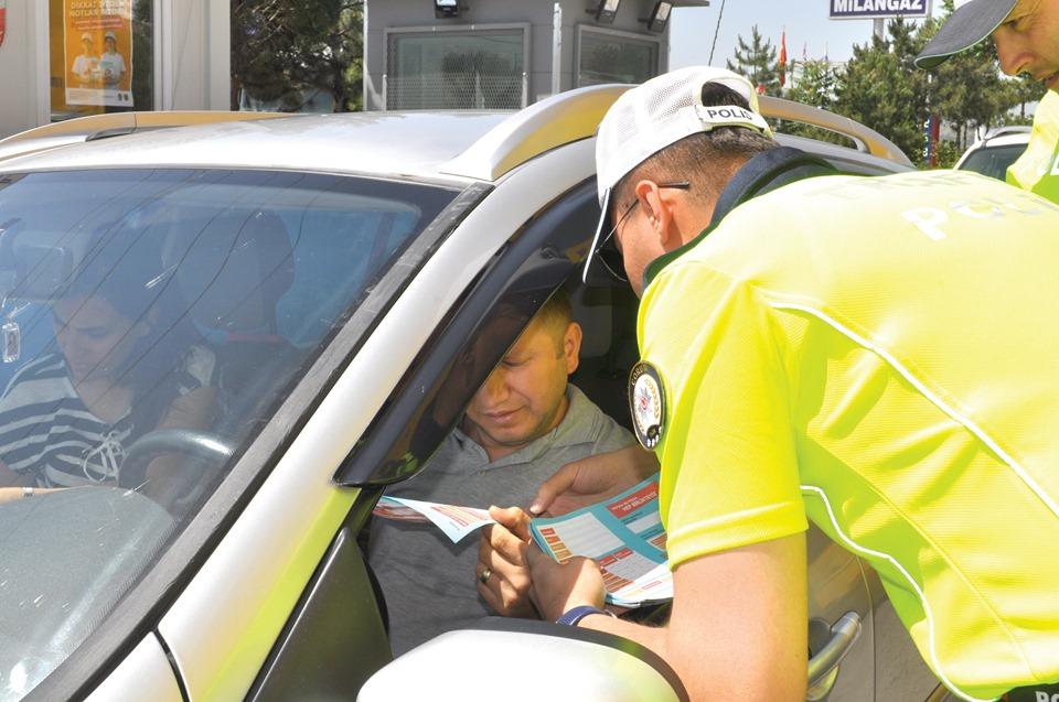 Bayram öncesi çocuklar trafikteki anne babalarına karne düzenleyecek, sosyal medyadan bunu Emniyet Genel Müdürlüğü'ne iletecek Direksiyon başındaki anne babasını değerlendiren çocuklardan 100 tanesine bisiklet hediye edilecek.   Sungurlu Haber
