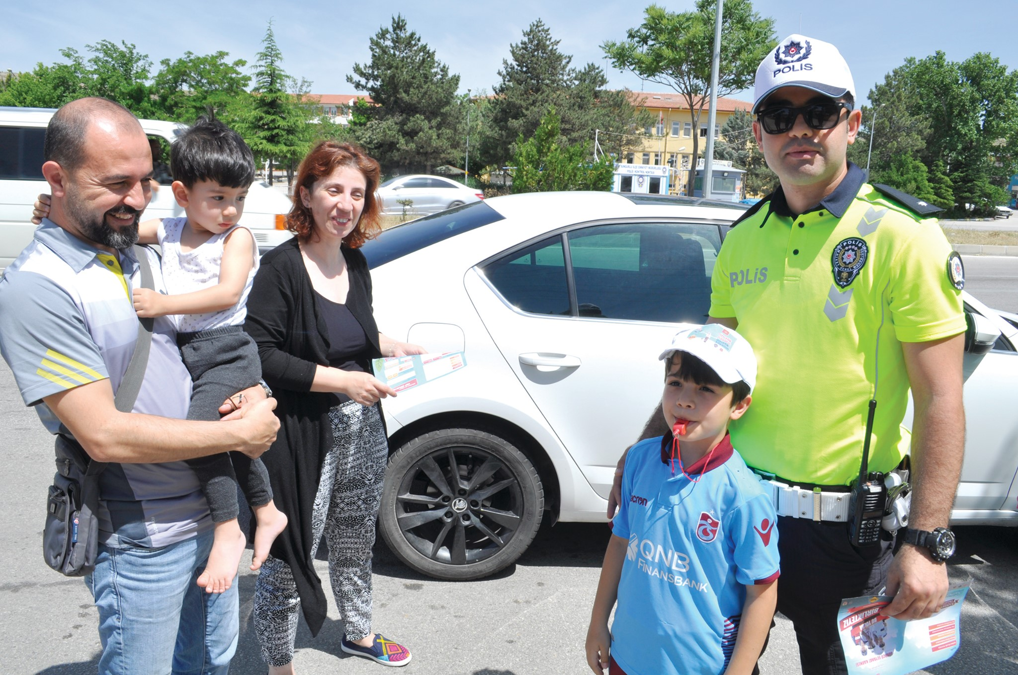 Bayram öncesi çocuklar trafikteki anne babalarına karne düzenleyecek, sosyal medyadan bunu Emniyet Genel Müdürlüğü'ne iletecek Direksiyon başındaki anne babasını değerlendiren çocuklardan 100 tanesine bisiklet hediye edilecek. | Sungurlu Haber