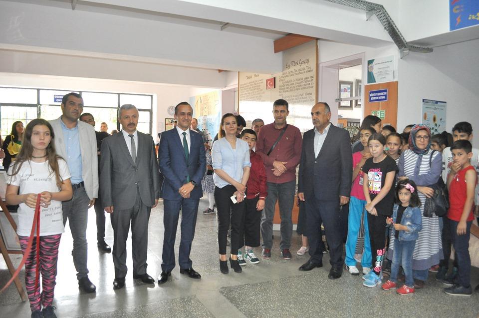 Fatih Ortaokulu öğrencilerinin hazırlamış olduğu görsel sanatlar sergisi açıldı. | Sungurlu Haber