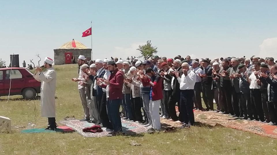Boğazkale ilçesine bağlı Evci Köyü'nde bu yıl 129'ncusu düzenlenen Nöbeti Baba Yağmur (Şükür) Duası Kaynaşma ve Barışma etkinlikleri yapıldı. | Sungurlu Haber
