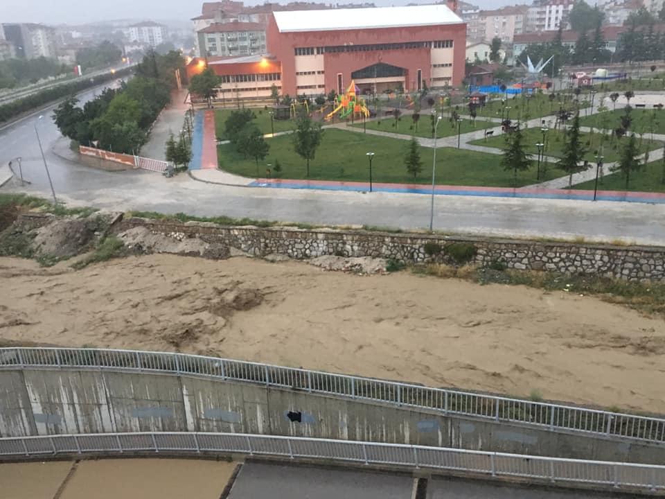 Sungurlu'da yoğun yağmur yağışıyla birlikte çaylar taşma noktasına geldi. | Sungurlu Haber