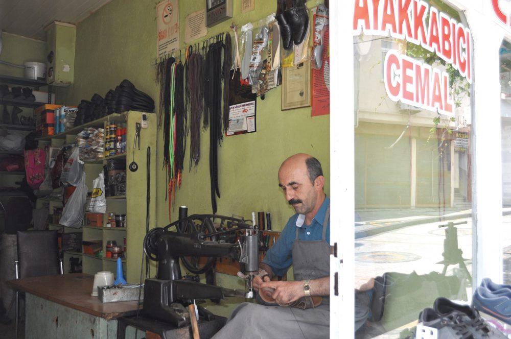 Sungurlu'da ayakkabı tamirciliği yapan ustalar, meslekte çırak bulamamaktan şikayet ediyor. | Sungurlu Haber