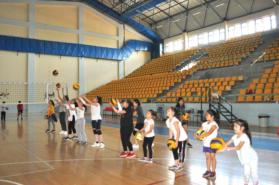 Okulların tatil olması nedeniyle çocukların ve gençlerin boş zamanlarını en güzel şekilde değerlendirmeleri için açılmış olan voleybol ve basketbol kurslarına yoğun bir katılım oluyor. | Sungurlu Haber