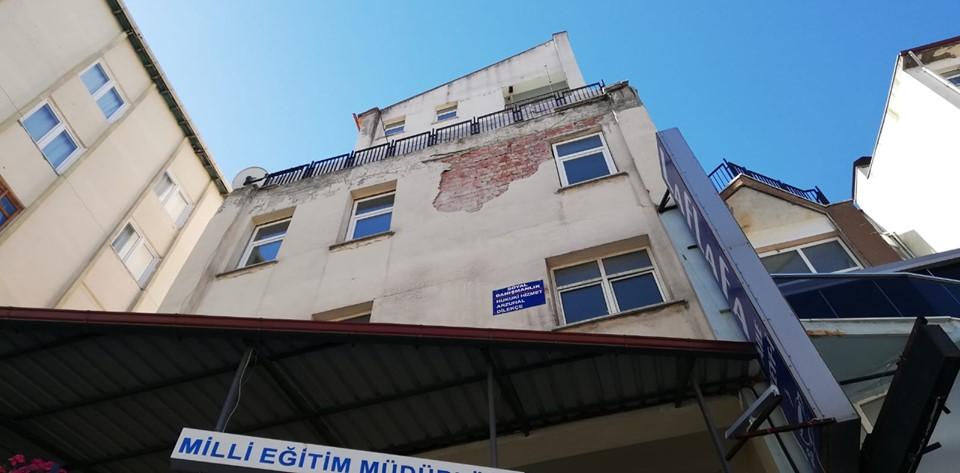 İlçenin en işlek caddesi olan Muhsin Yazıcıoğlu'nda bulunan Özel İdare binasından düşen sıva parçaları kaldırımda yürüyen vatandaşla için tehlike saçıyor. | Sungurlu Haber