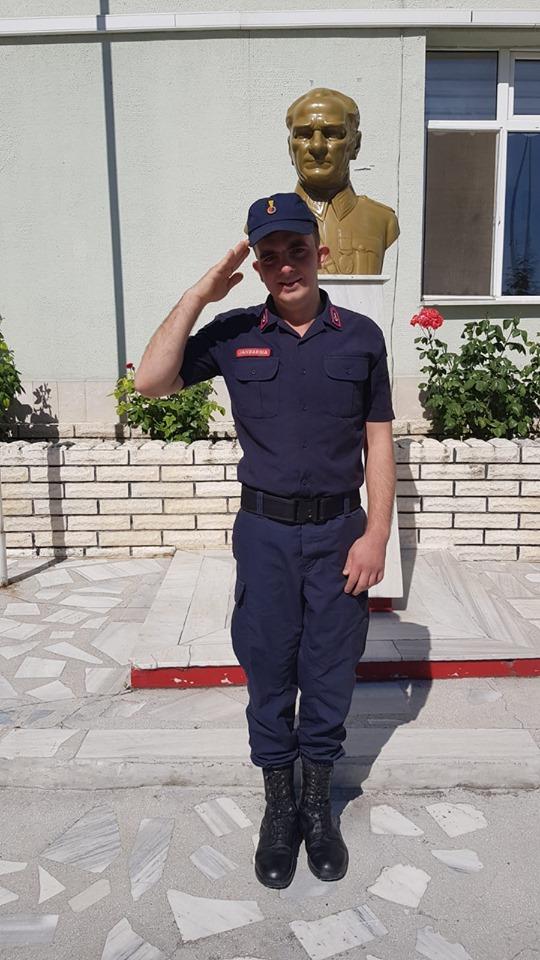 Sungurlu'da engelli 26 yaşındaki Gökhan Kamacı temsili askerlik uygulaması kapsamında bir günlüğüne de olsa askerlik yapmanın heyecanını yaşadı. Sungurlu'da yaşayan ve geçirdiği hastalık sonucunda engelli kalan 26 yaşındaki Gökhan Kamacın en büyük hayalinden biri olan askere gitme isteği, Sungurlu İlçe Jandarma Komutanlığı tarafından yerine getirildi. | Sungurlu Haber