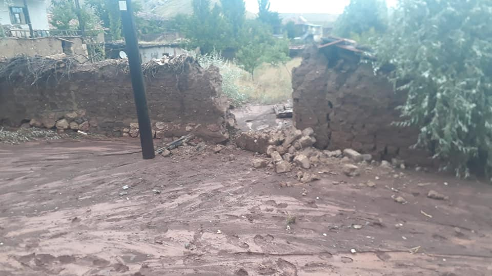 Sungurlu'da, sel suları ile dağlardan sürüklenen kaya ve odun parçaları Sungurlu-Çankırı yolunu trafiğe kapattı. | Sungurlu Haber