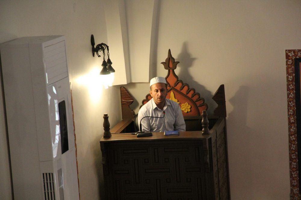Sungurlu'da 15 Temmuz şehitleri için Ulucami'de mevlid okuldu. Öğle namazı öncesi okutulan mevlid sonrası Müftü İbrahim Köksal, şehitler için dua etti. | Sungurlu Haber