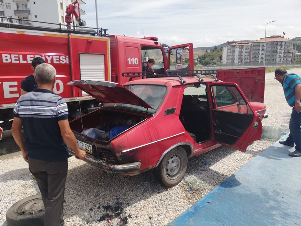 Sungurlu'da park halindeki bir otomobil biranda alev aldı. Otomobili tamamen yanmaktan itfaiye ekipleri kurtardı.   Sungurlu Haber
