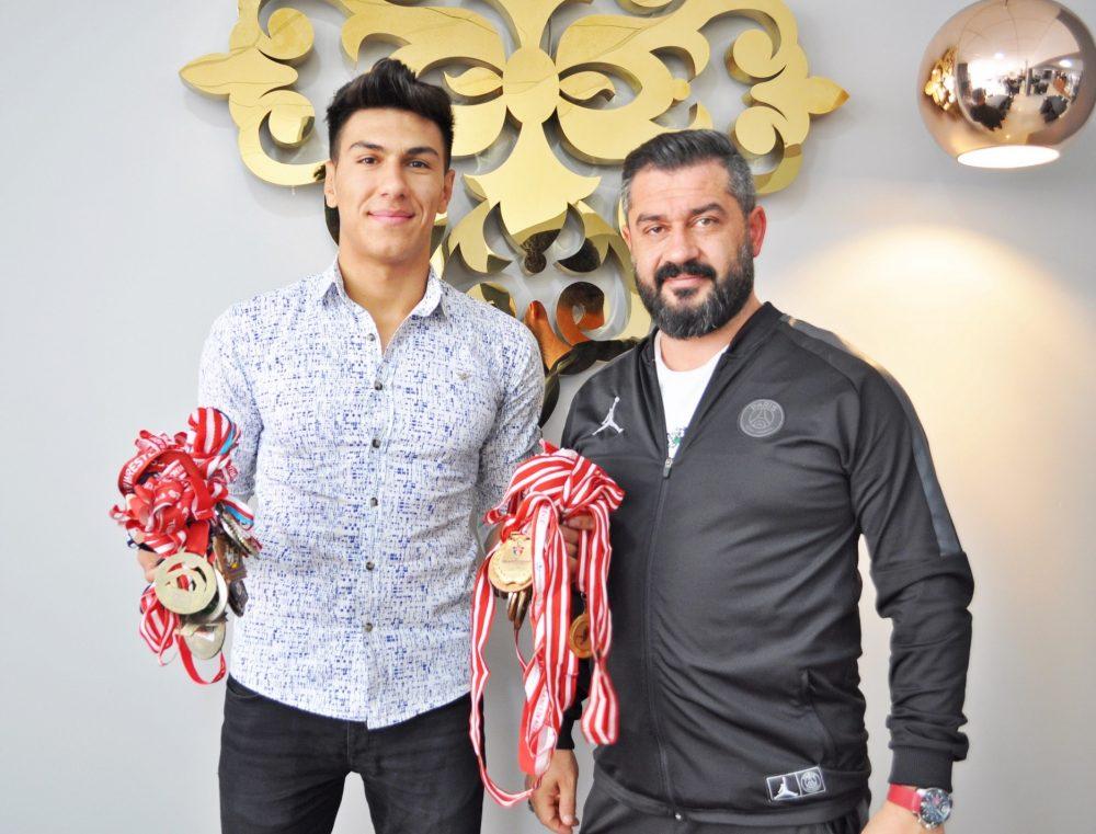 Güreş sporunda başarıdan başarıya koşan 17 yaşındaki Eren Kalkan, 6 yılda 100 madalya kazandı. Kalkan, geleceğin altın kemere aday başpehlivanı olarak gösteriliyor. İlk zamanlar hobi olarak devam ettiği güreşte daha sonra ailesine daha iyi bir yaşam sunabilmek için kendisine meslek edinen Kalkan'ın, yağlı ve minder güreşlerinde 100 tane madalyası bulunuyor.   Sungurlu Haber