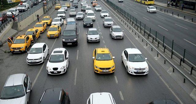 Denetim birimleri, 10 araç alıp satan bir kişiye 50 bin liralık vergi çıkardı. Yetkililer ayrıca, ticaret yasağına rağmen araç alım satımı yapan devlet memurlarını tespit edip bağlı bulunduğu kuruluşa bildiriyor. | Sungurlu Haber