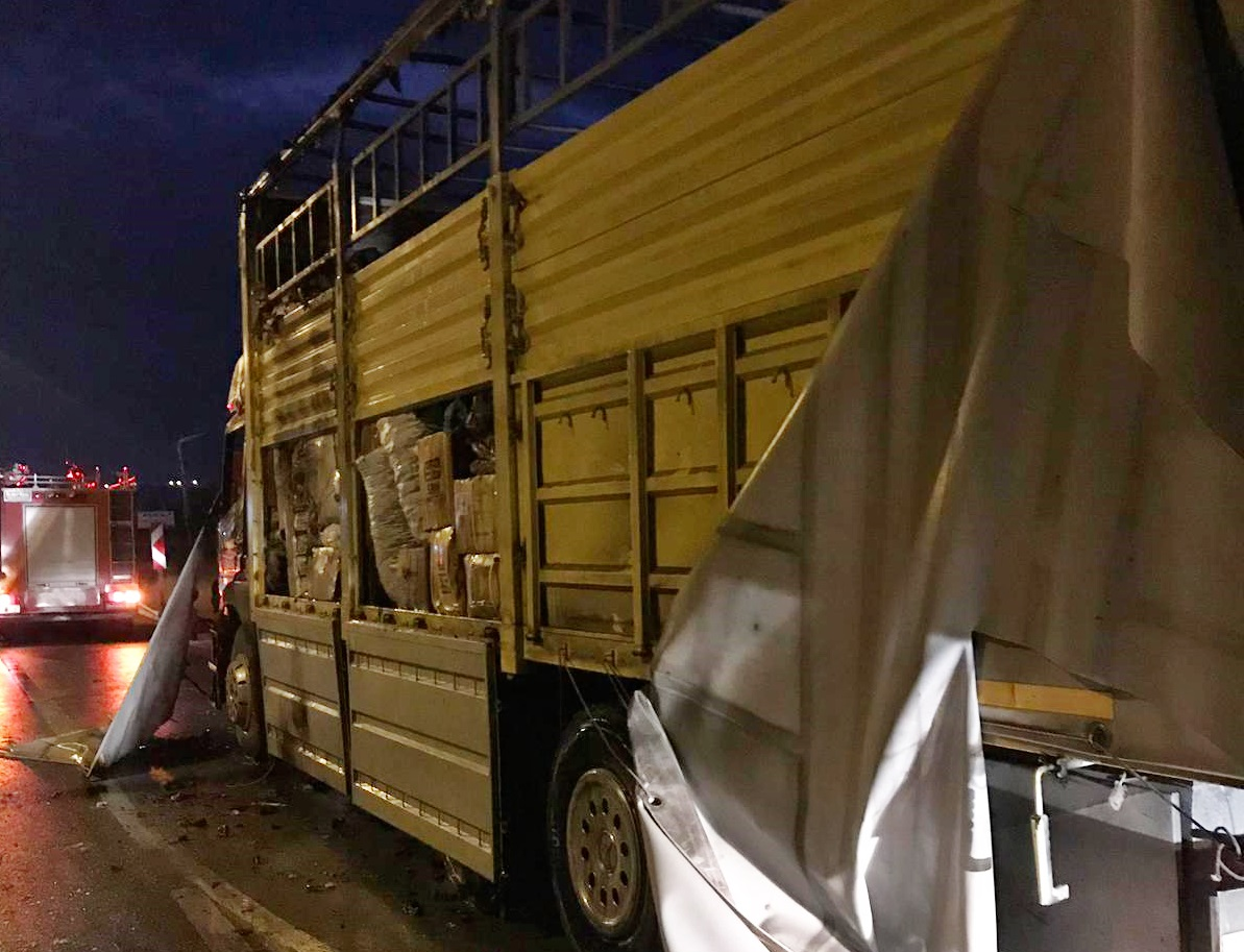 Sungurlu'da bir kargo şirketine ait kamyon hareket halindeyken alev aldı. Yangında kamyon kullanılmaz hale geldi. | Sungurlu Haber