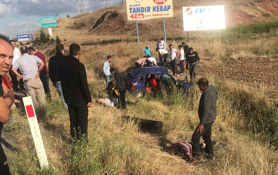 Sungurlu-Kırıkkale karayolu Organize Sanayi kavşağında bir otomobil takla atarak şarampole uçtu.   Sungurlu Haber