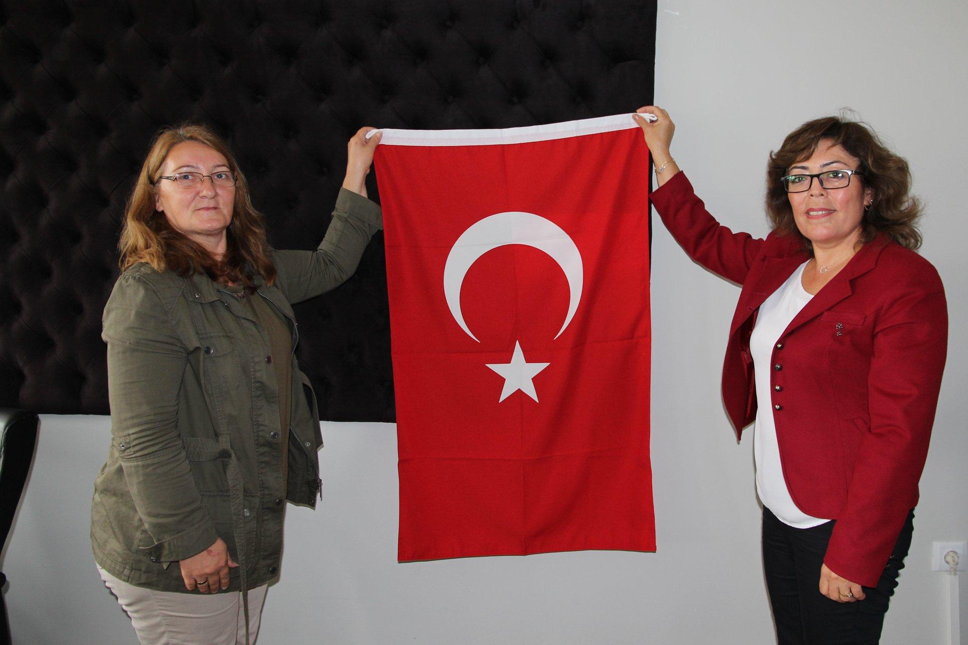 2019-2020 Öğretim yılının başlaması dolayısıyla Belediye Başkanı Abdulkadir Şahiner'in talimatlarıyla ilçede bulunan tüm okullara bayrak hediye edildi. | Sungurlu Haber