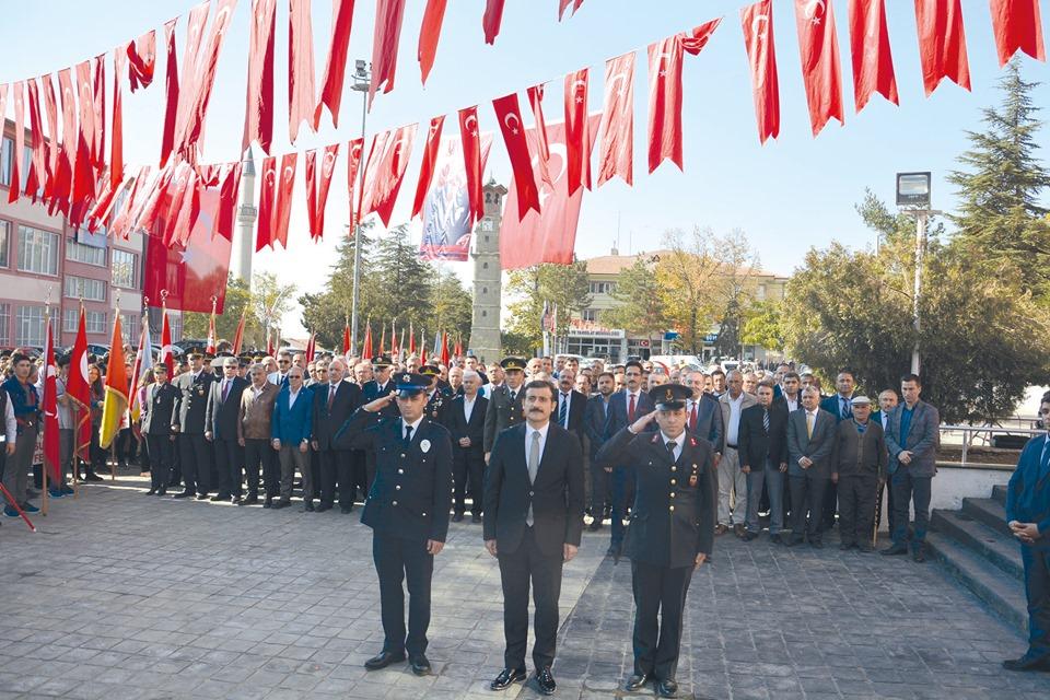 29 Ekim Cumhuriyet Bayramı kutlamaları Atatürk Anıtına çelenklerin sunulması, saygı duruşunda bulunularak İstiklal Marşımızın okunması ile başladı. | Sungurlu Haber