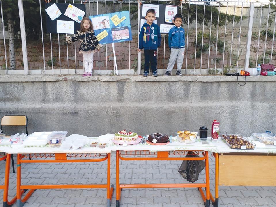 İsmetpaşa İlkokulu anasınıfı öğlen grubu öğrencileri, Lösemili Çocuklar Haftası kapsamında Lösemili çocuklar yararına kermes düzenledi.   Sungurlu Haber