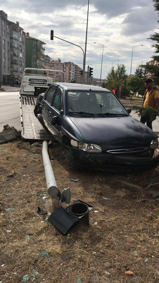 Sungurlu'da kontrolden çıkan otomobil ağaca çarparak durabildi. | Sungurlu Haber
