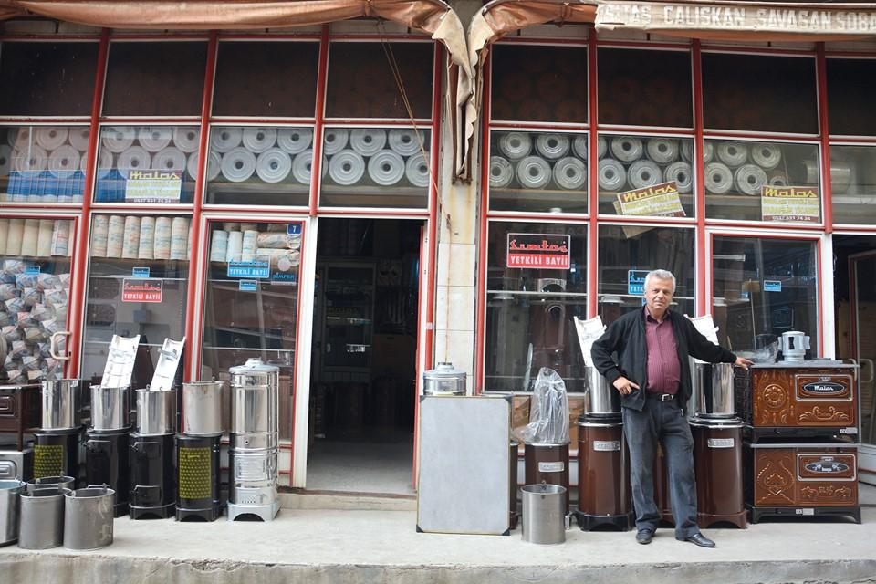 Sungurlu'da soba satışı yapan esnaf satışların artması için havanın soğumasını bekliyorlar. Sobacılar bu yılda vatandaşın fiyatının daha ucuz olmasından dolayı kovalı soba tercih edeceğini söylüyorlar. | Sungurlu Haber