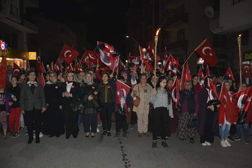 Sungurlu Belediyesi tarafından düzenlenen etkinlikte, dispanser önünde toplanan grup, ellerindeki meşaleler ve bayraklarla bando takımı eşliğinde Şehit Muhsin Yazıcıoğlu Caddesi'nden Atatürk Meydanına kadar yürüdü. | Sungurlu Haber