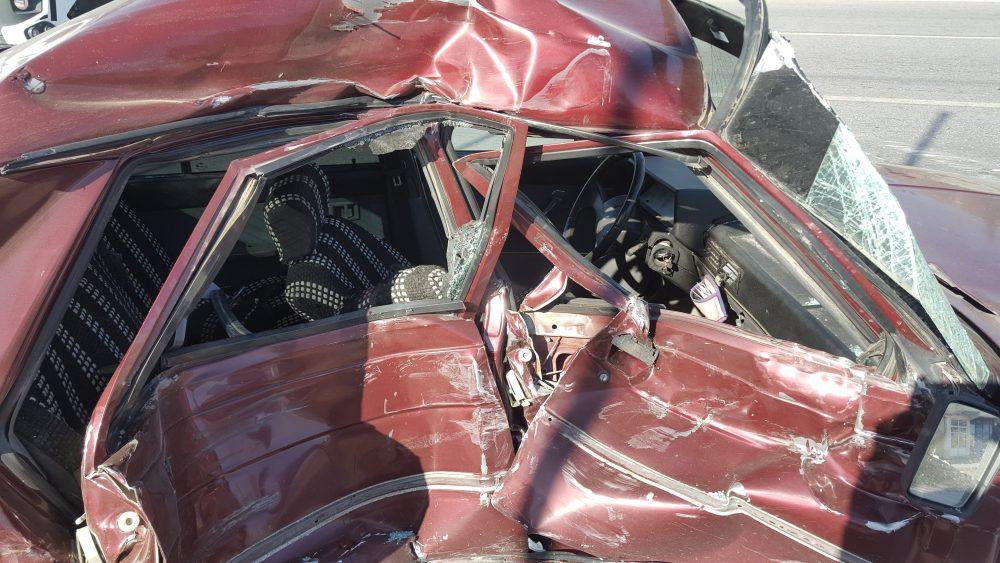 Sungurlu'da meydana gelen trafik kazasında 1 kişi hayatını kaybetti. Kaza anı güvenlik kamerasına yansıdı. Kırmızı ışıkta bekleyen ve kazayı gören ambulanstaki sağlık ekipleri, sürücüye olay yerinde kalp masajı yapsa da, talihsiz sürücü tüm müdahalelere rağmen kurtarılmayarak hayatını kaybetti. | Sungurlu Haber
