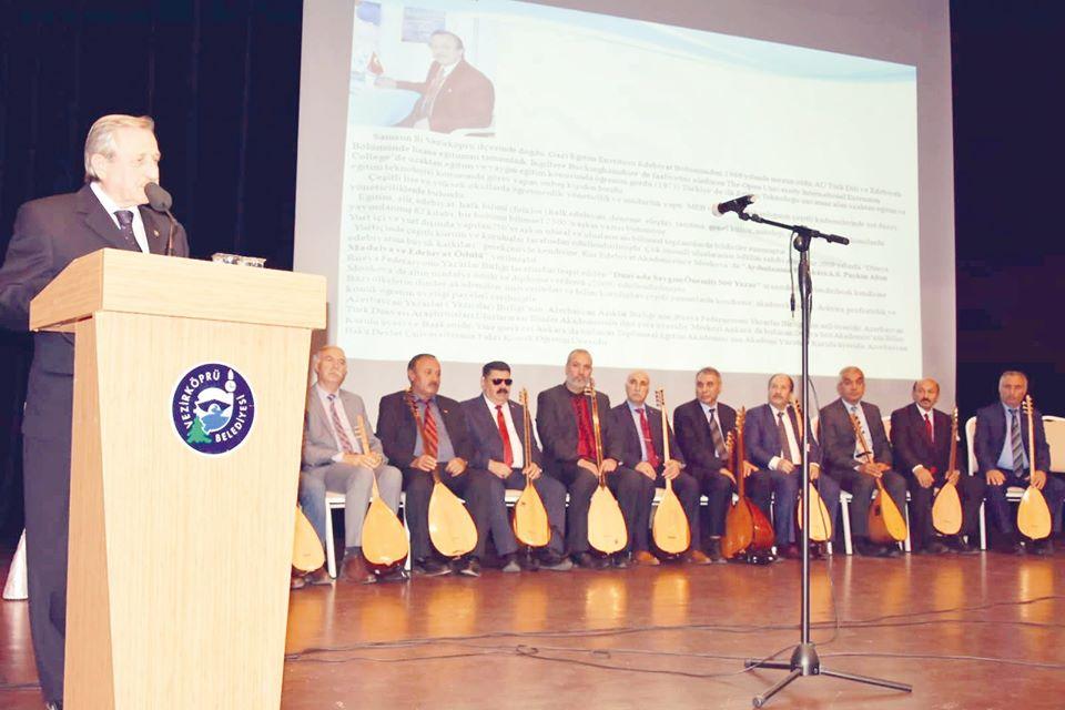 Vezirköprü Ozanlar (Aşıklar) buluşmasında Çorumlu Ozanlar geceye renk kattı. Merkezi Ankara'da bulunan ve çok sayıda Çorumlu Ozan, Şair, Araştırmacı ve Yazarı da bünyesinde bulunduran Dünya Söz Akademisi başkanı Edebiyatçı Prof. Hayrettin İvgin'in öncülüğünde Vezirköprü Belediyesi tarafından düzenlenen Vezirköprü Ozanlar Aşıklar buluşmasında Çorumlu Ozanlar Haşimi Aslıhak ve Mehmet Ali Eröksüz'ün yanı sıra eğitimci yazar Songül Dündar, Aşık Selahattin Dündar, Aşık Hasan Kaplani, Aşık Mustafa Sayılır, Aşık Yakup Temeli, Aşık Muhlis Denizer, Aşık Veysel Yıdızer, Aşık Paşa Susanoğlu, Aşık Sevdi, Aşık Obalı ve Aşık Nirengi sahne aldı. | Sungurlu Haber