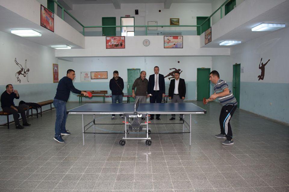Sungurlu'da, 24 Kasım Öğretmenler günü kapsamında İlçe Milli Eğitim Müdürlüğü ve Gençlik Hizmetleri ve Spor İlçe Müdürlüğü işbirliği ile öğretmenler arası Masa Tenisi turnuvası düzenlendi. | Sungurlu Haber