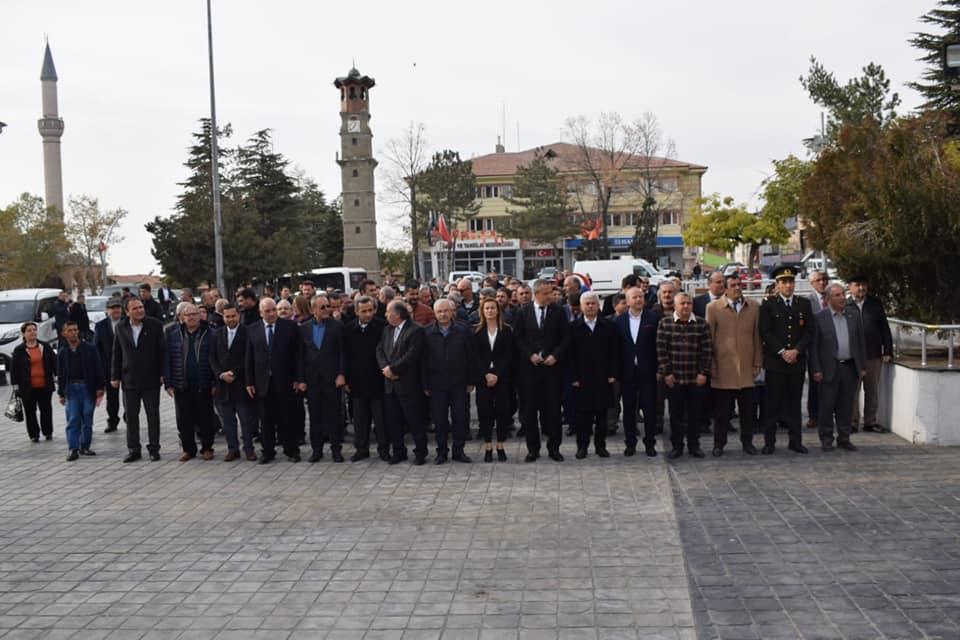 24 Kasım Öğretmenler Günü dolayısıyla öğretmenler, Atatürk Anıtına çelenk sundu. | Sungurlu Haber