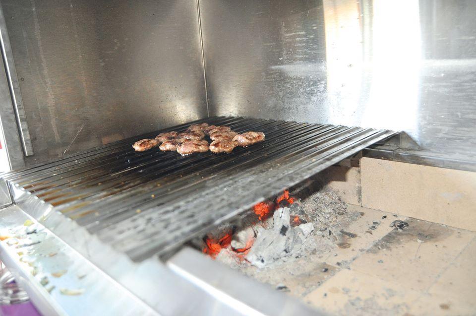 Çiğ köfteci Muzaffer Karabağırlı'nın iş yerinde yaptığı tadilat çalışmaları tamamlandı. | Sungurlu Haber