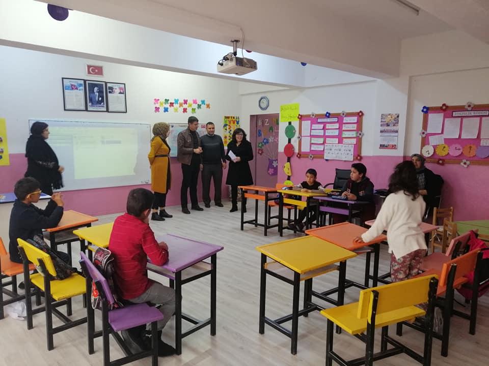 Belediye Başkan Yardımcısı Sakine Sarıyüce, ilçemizde özel eğitim veren okulları ziyaret ederek özel çocuklara,3 Aralık Engelliler Günü sebebiyle Çarşamba günü yapılacak olan programın davetiyelerini ulaştırdı. | Sungurlu Haber